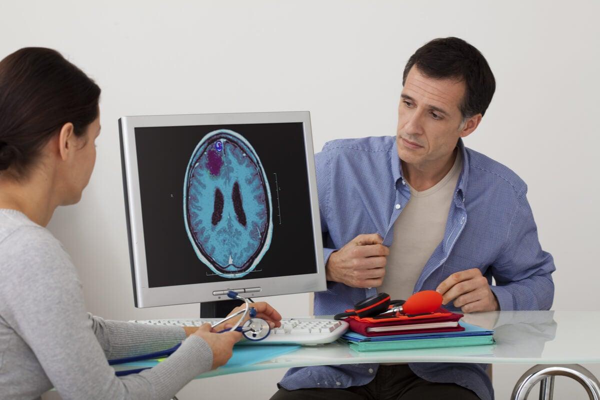 Hombre en el neurólogo