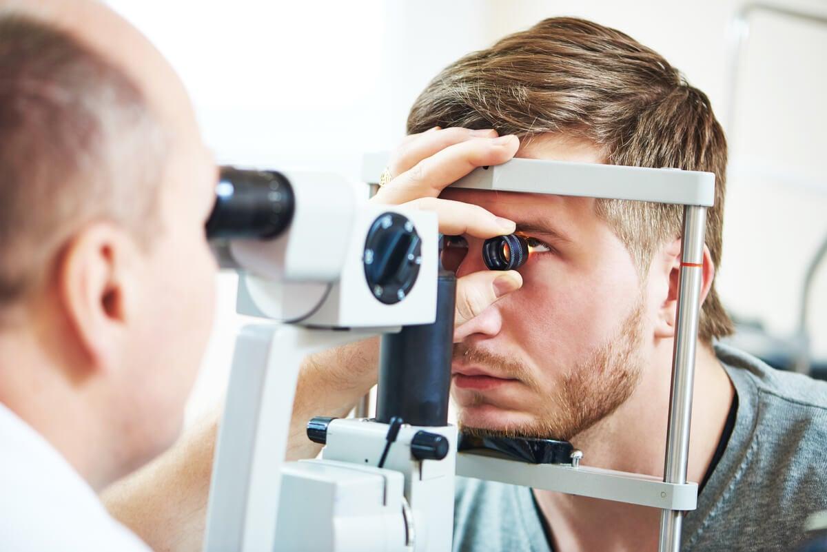 Hombre en oftalmología