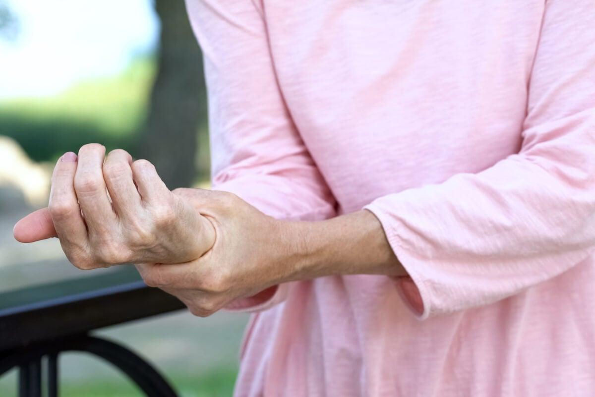 Artrosis de mano en una mujer.
