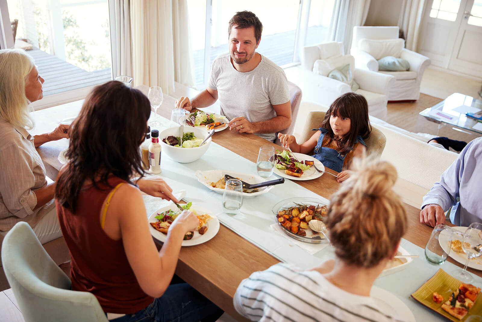 Familia cenando en la mesa.