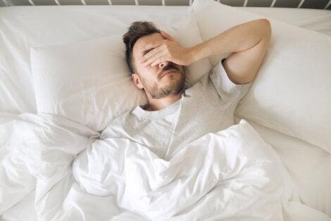 Hombre no puede dormir por dolor