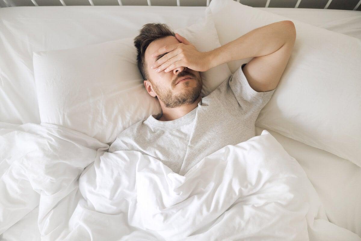 Hombre no puede dormir debido a la ansiedad nocturna