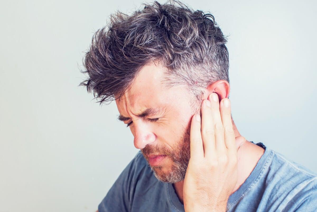 Hombre con dolor de oídos