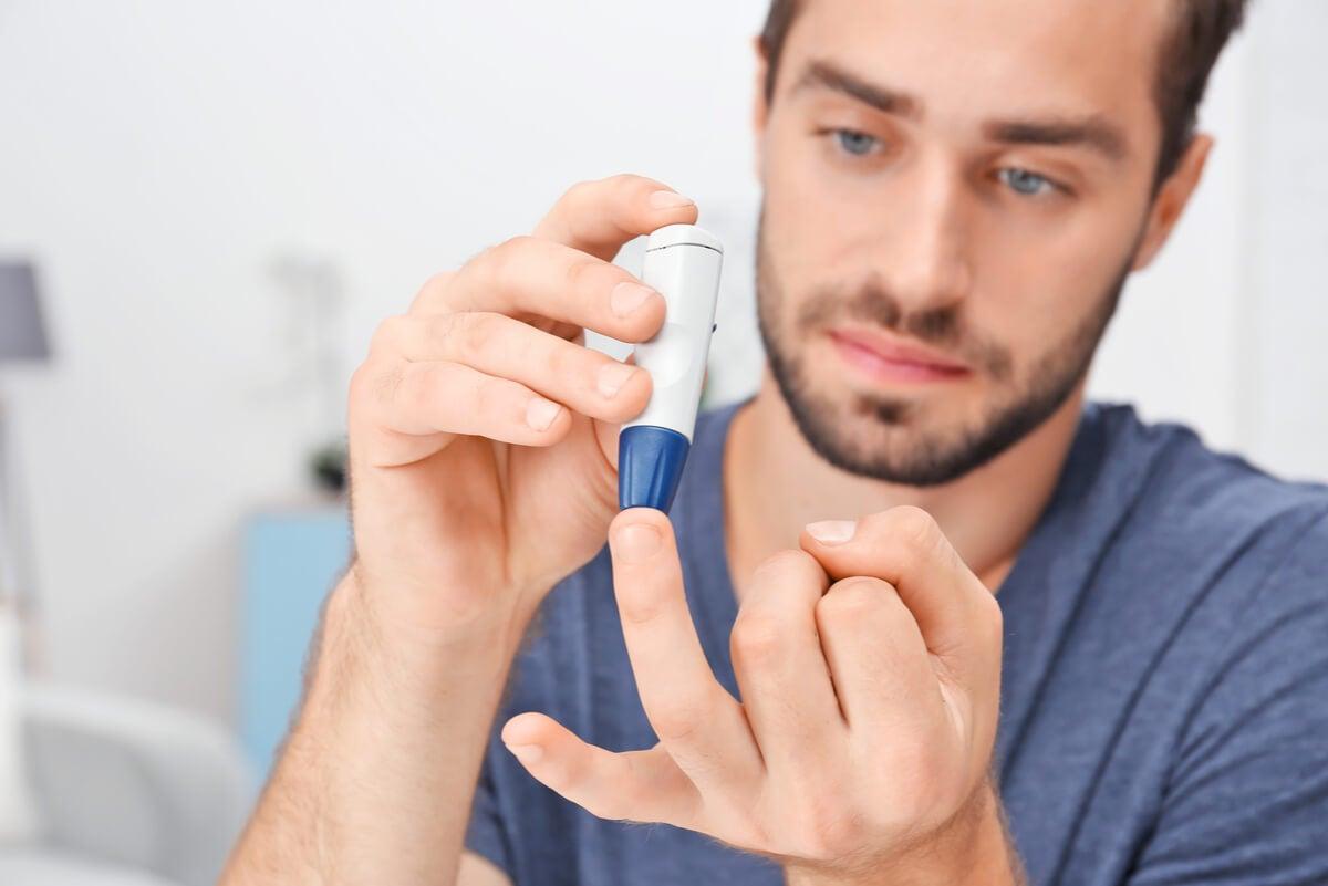 Hombre con diabetes mide su glucosa.