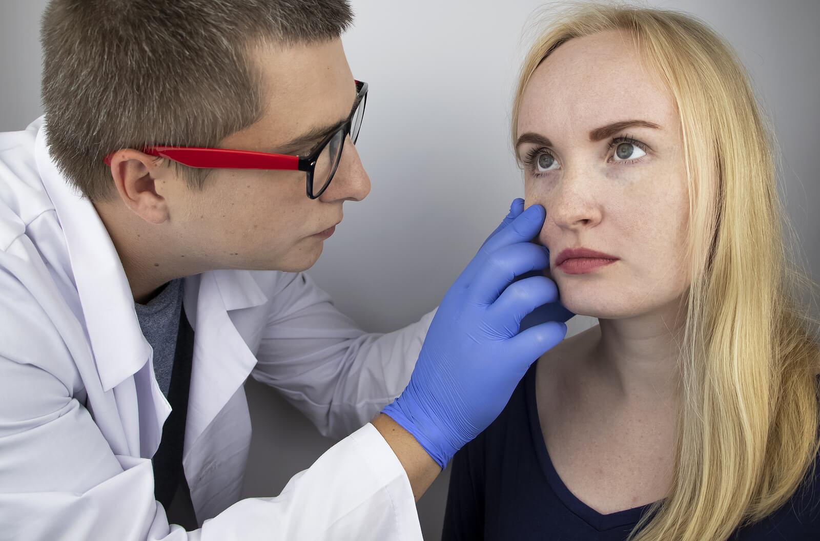 Médico revisa visión de una paciente con neuromielitis óptica.