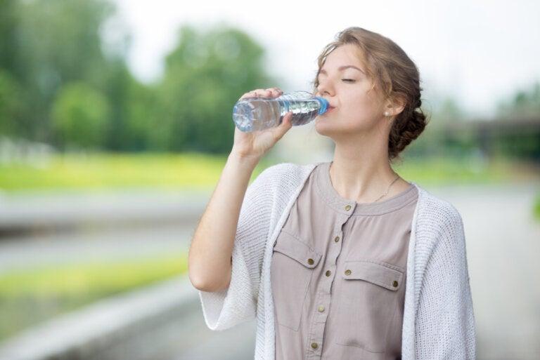 5 razones por las que no deberías volver a tomar agua embotellada nunca más