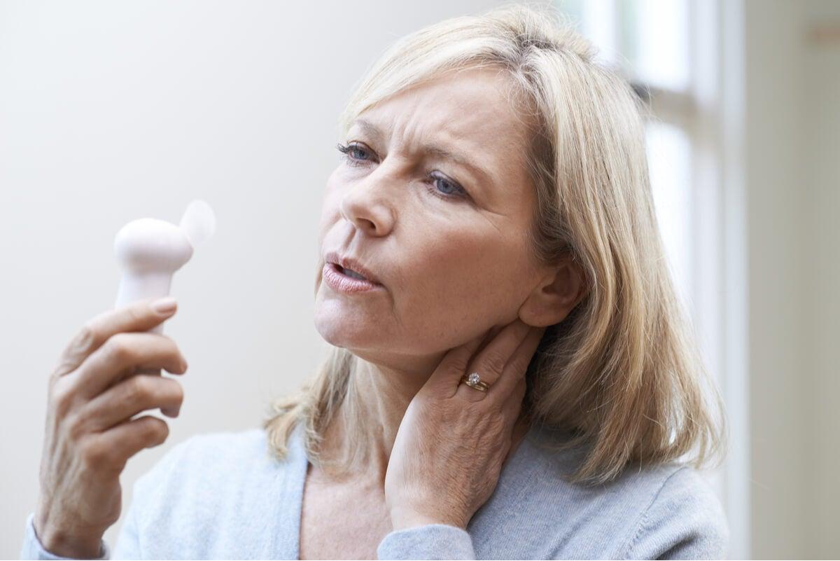 Mujer con calores menopáusicos.