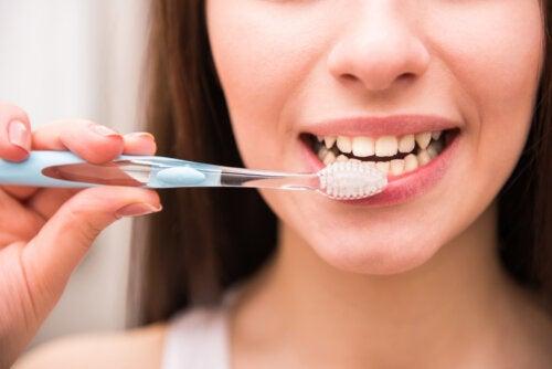 ¿Cómo podemos blanquear nuestros dientes naturalmente?