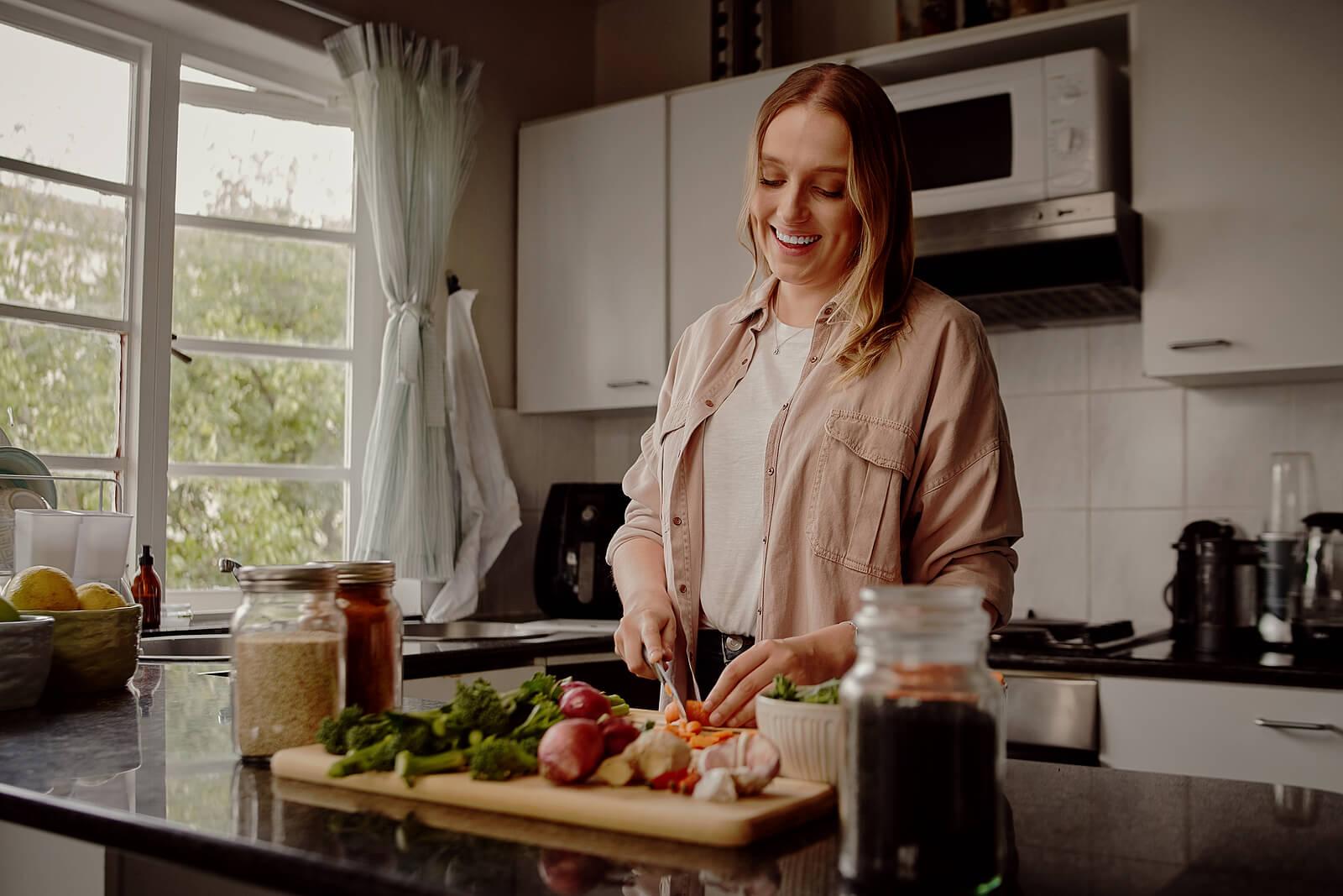 Mujer preparando la cena.