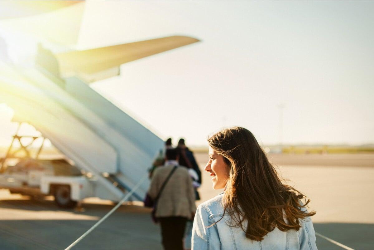 Mujer se sube a avión.