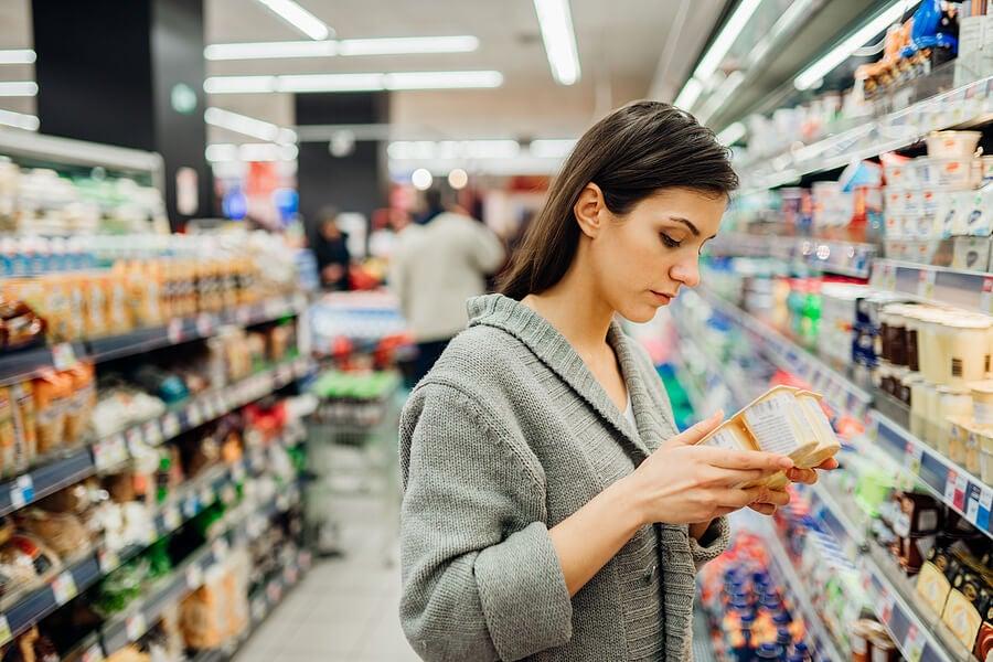 Mujer con yogures en el supermercado