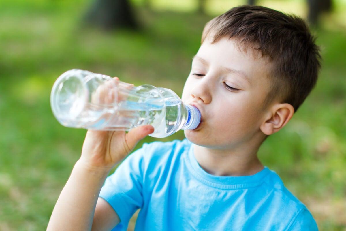 Niño bebe sales de rehidratación.