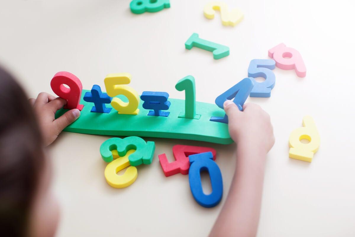 Niño hace cuentas con números.