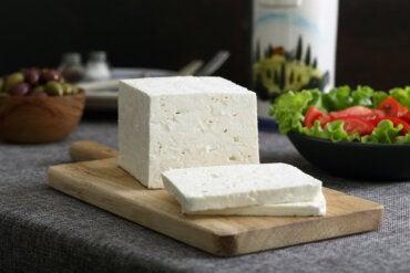 ¿Las personas que sufren diabetes pueden consumir queso?