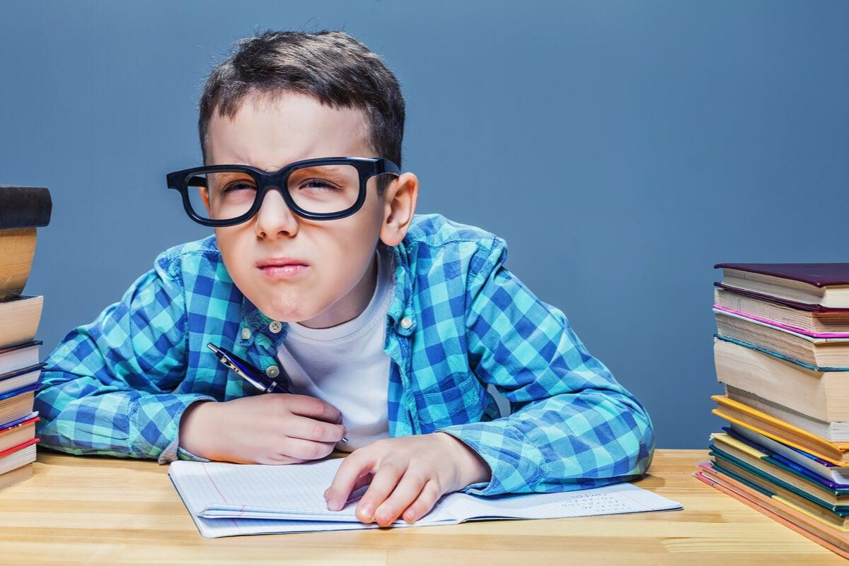 Niño con lentes por hipermetropía.