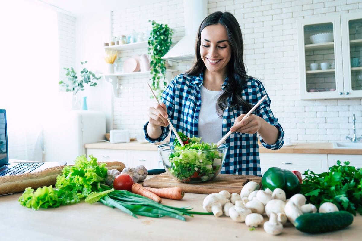 Mujer vegana cocinando.