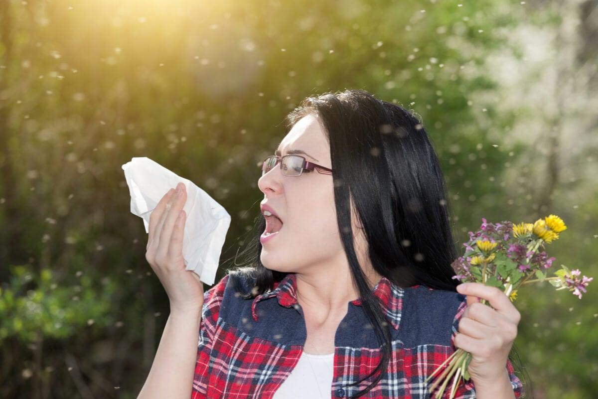Alergia estacional con rinitis en mujer.
