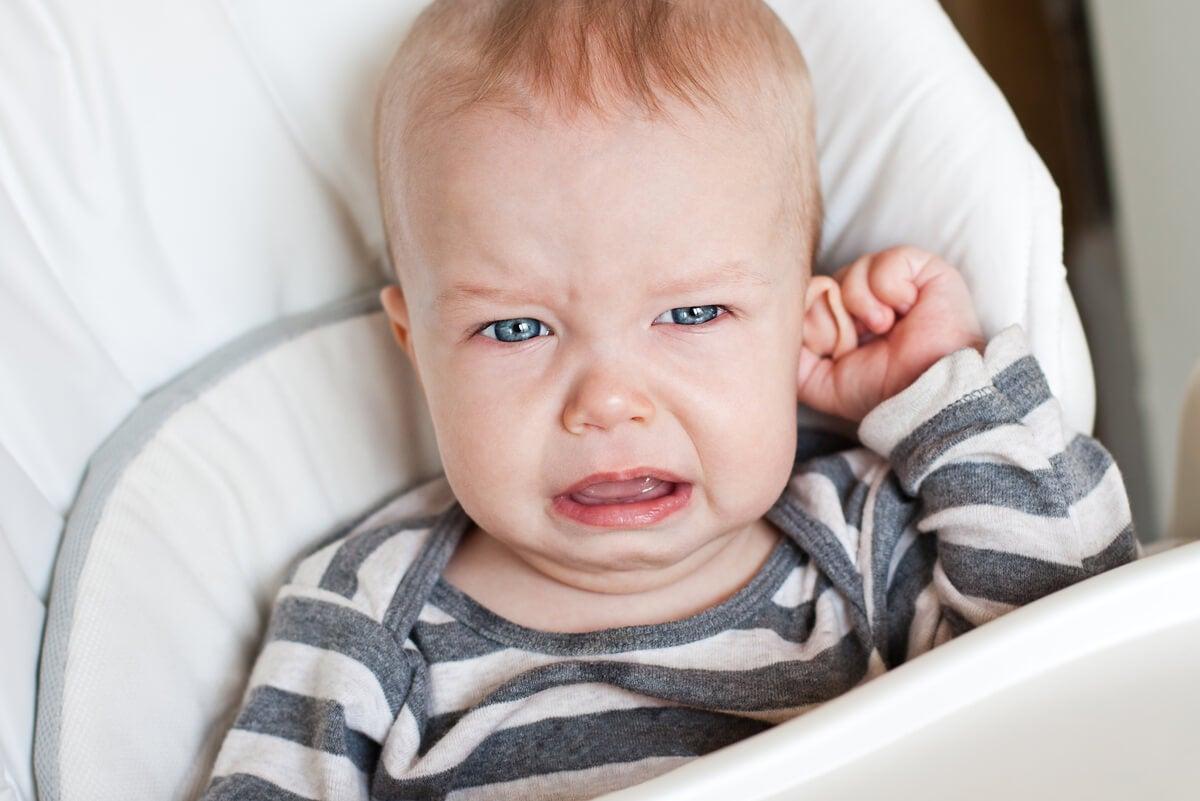 Niño con dolor de oídos.