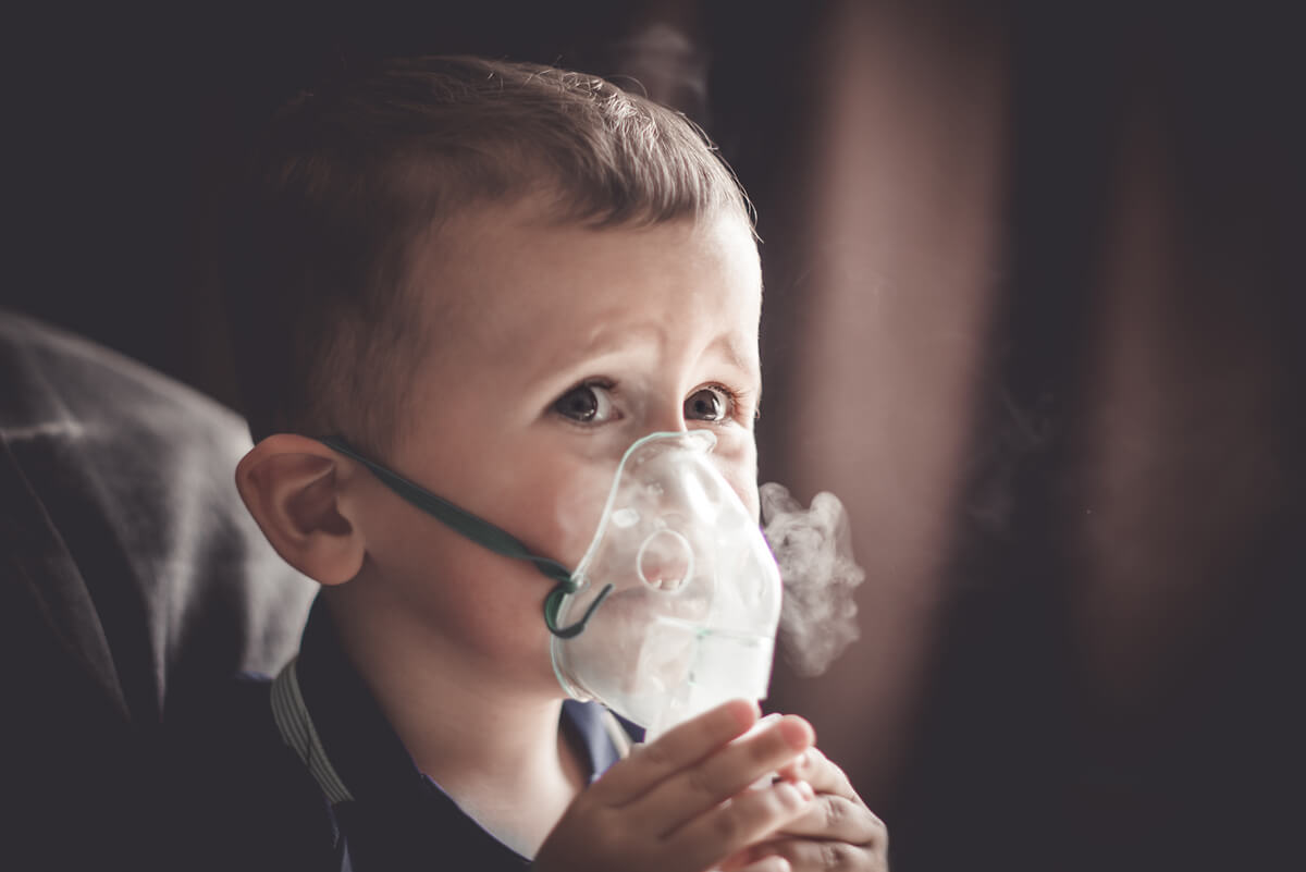 Oxígeno y nebulización para un niño.