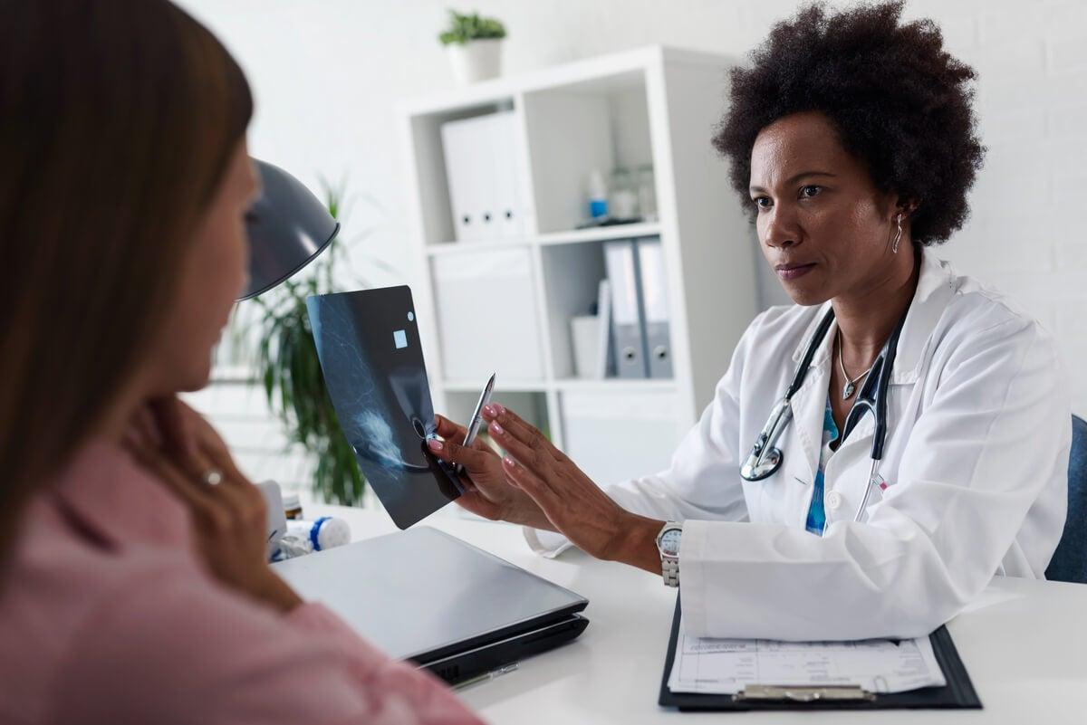 Médica muestra una mamografía.