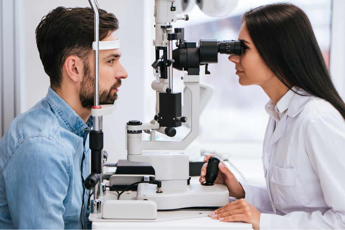 Consulta de oftalmología en paciente con enfermedad de Wilson.