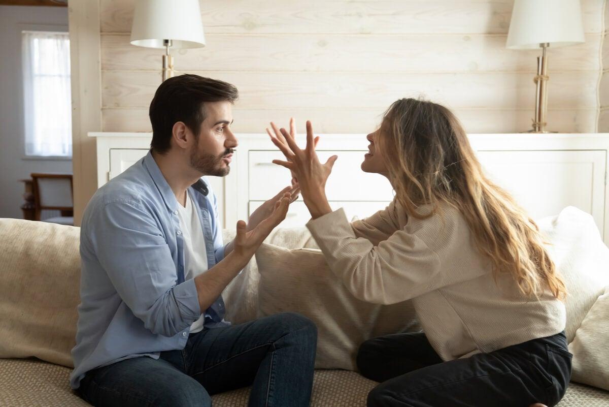 Chico y chica representando cuando mi pareja me habla mal.