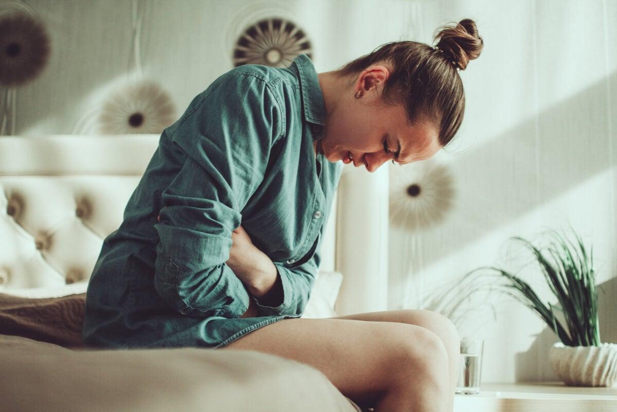 Dolor por gastritis en una mujer.
