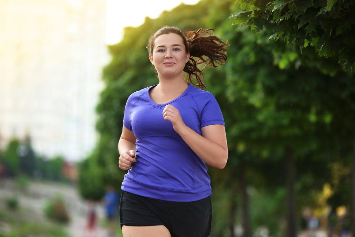Mujer hace ejercicio para bajar de peso.