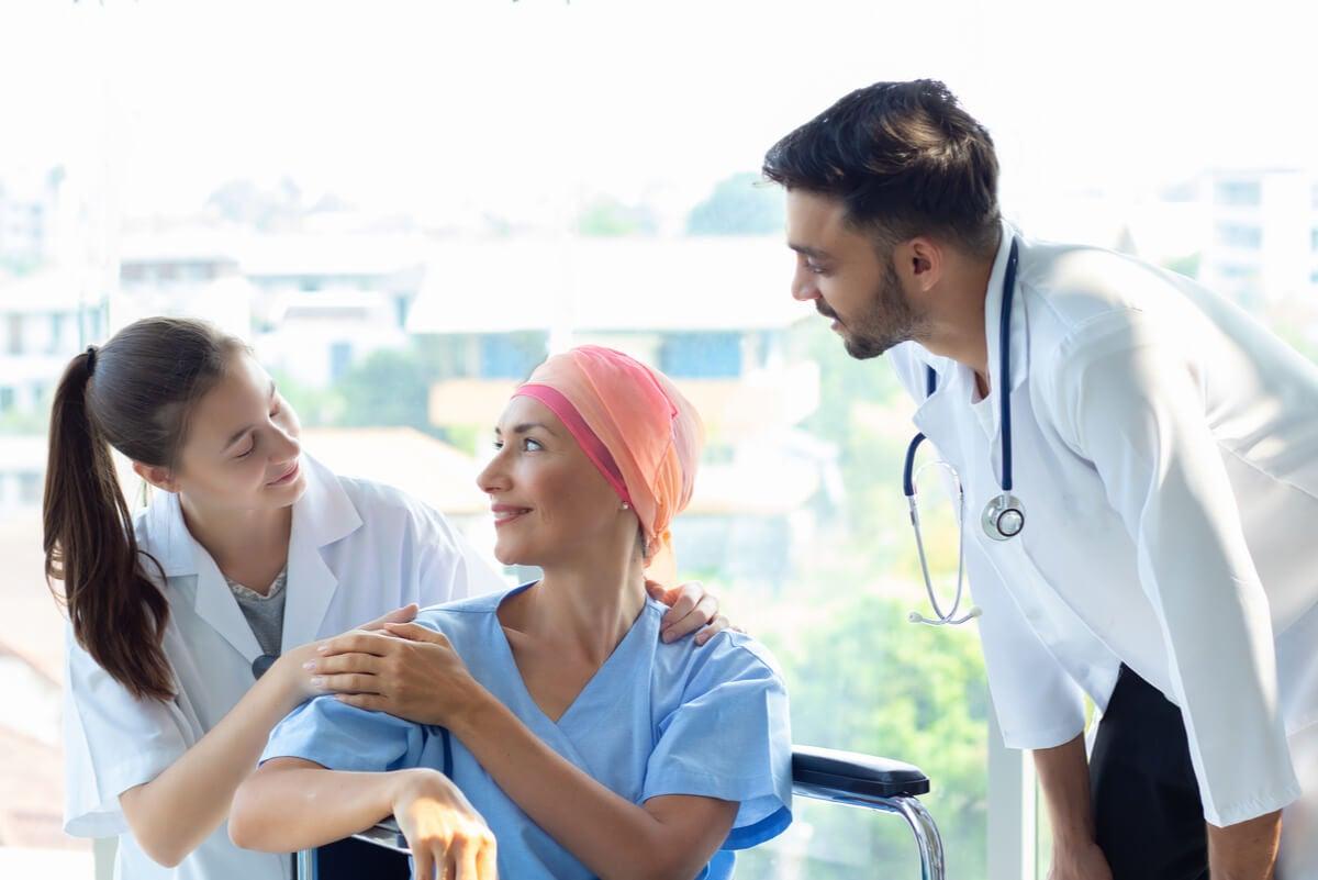 Paciente con quimioterapia para células cancerosas.