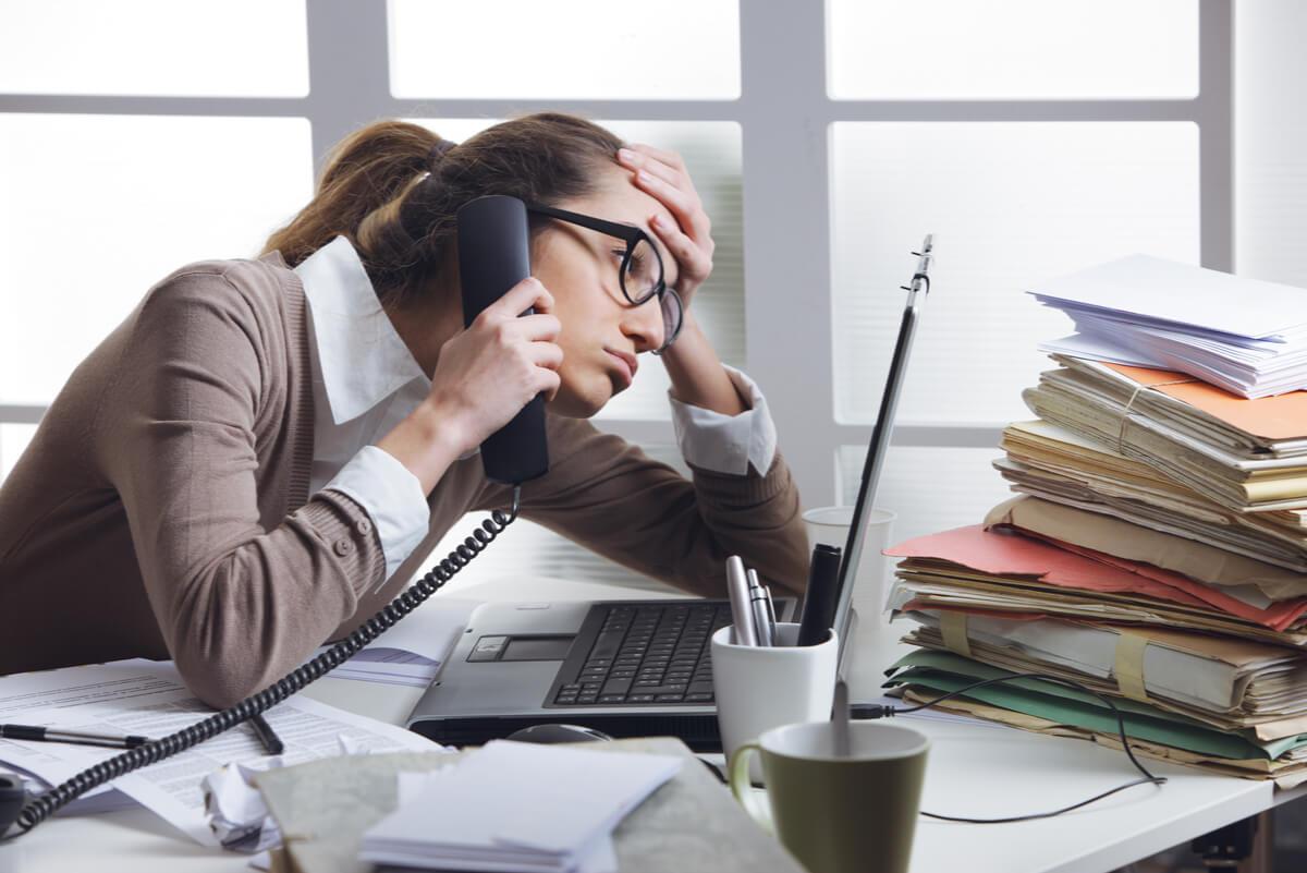 Estrés laboral en una mujer.