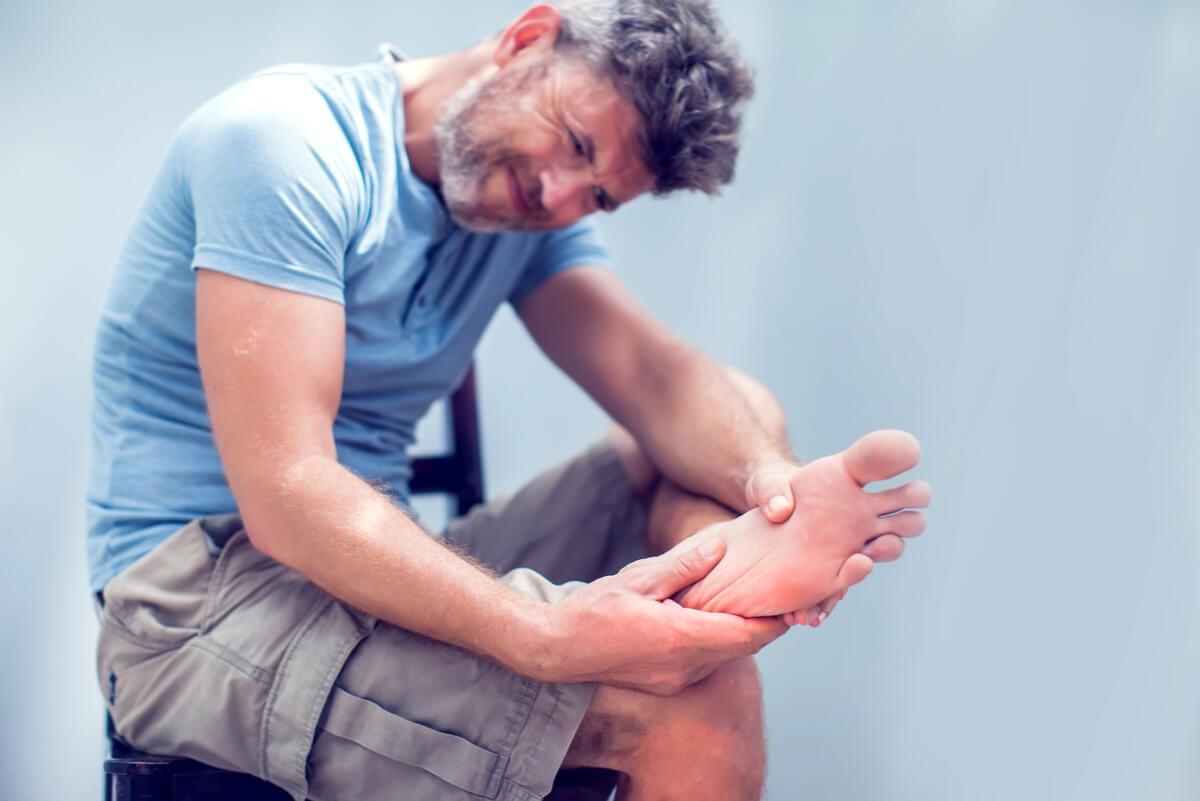 Hombre con dolor en el pie.