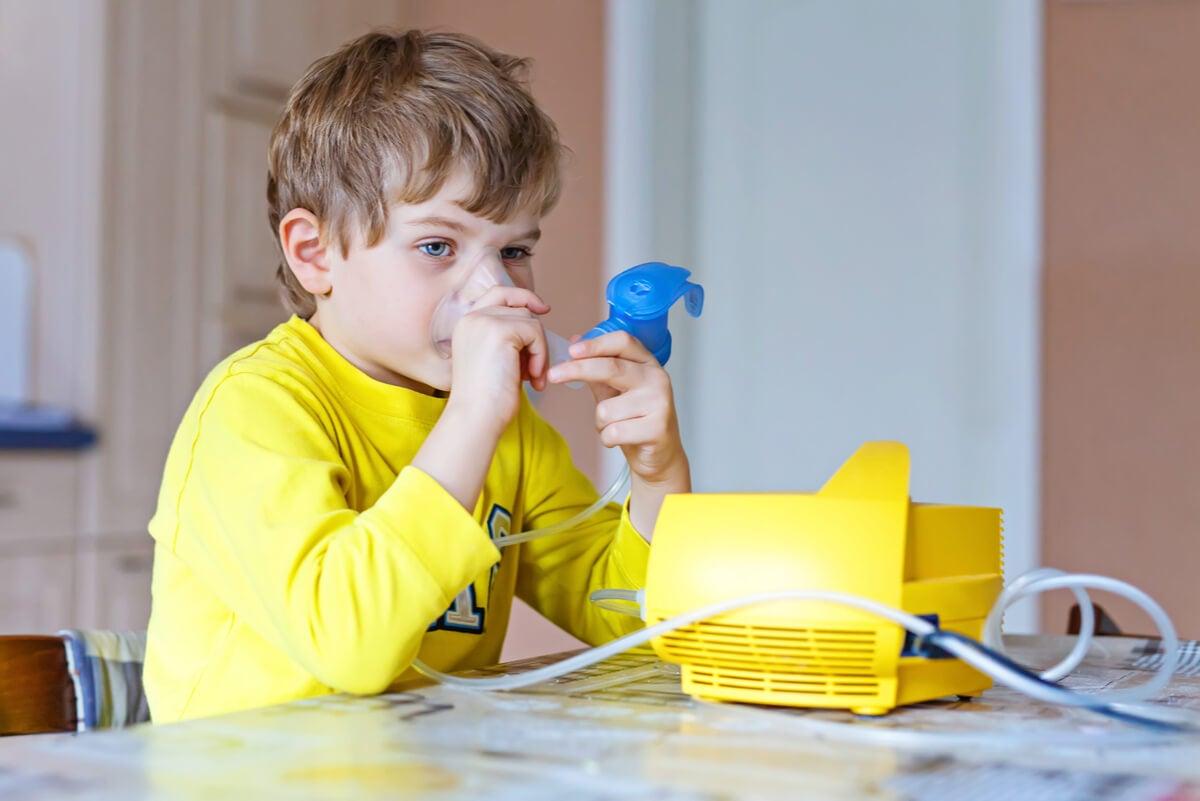 Niño con fibrosis quística se nebuliza.