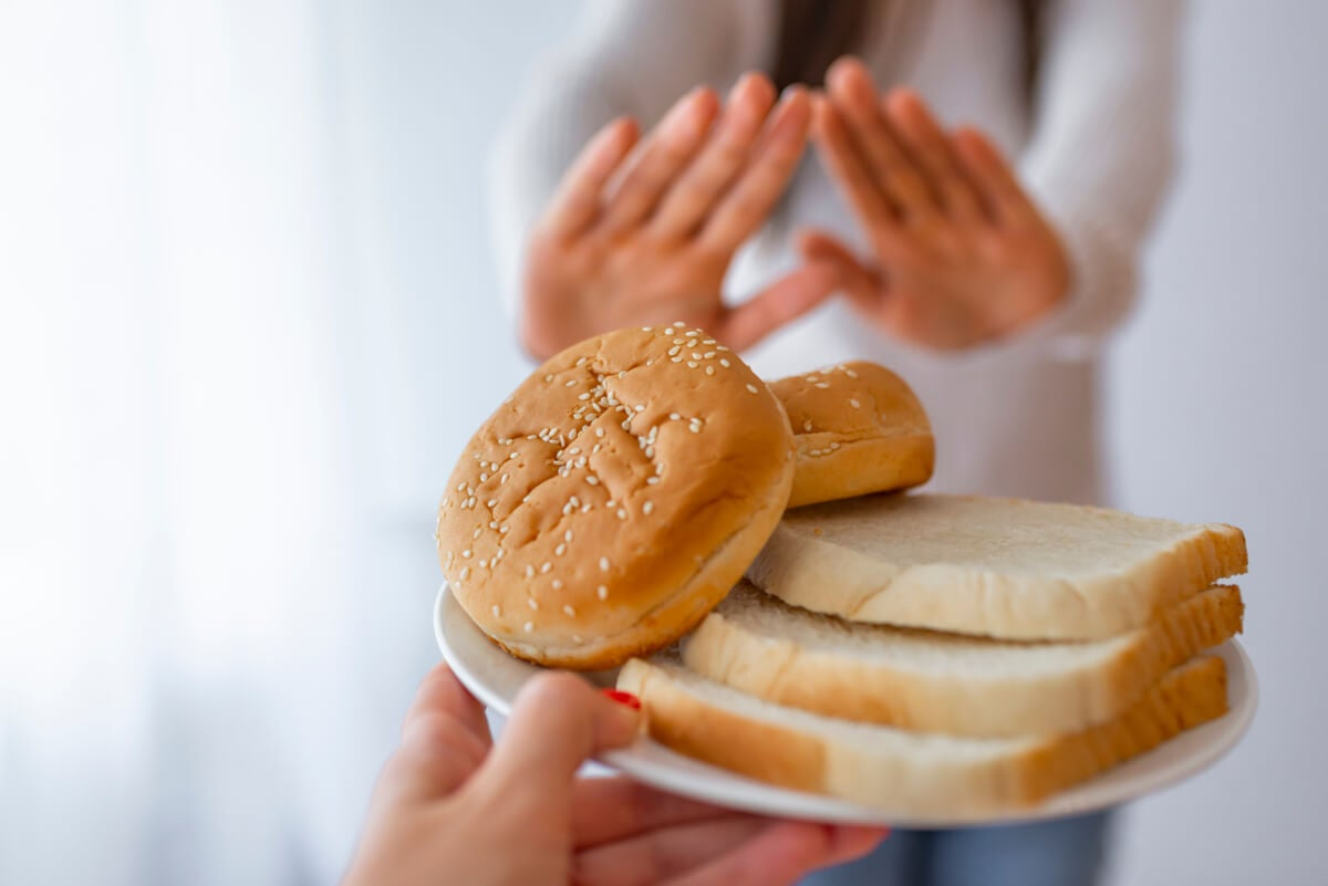 Mujer rechaza alimentos con gluten.