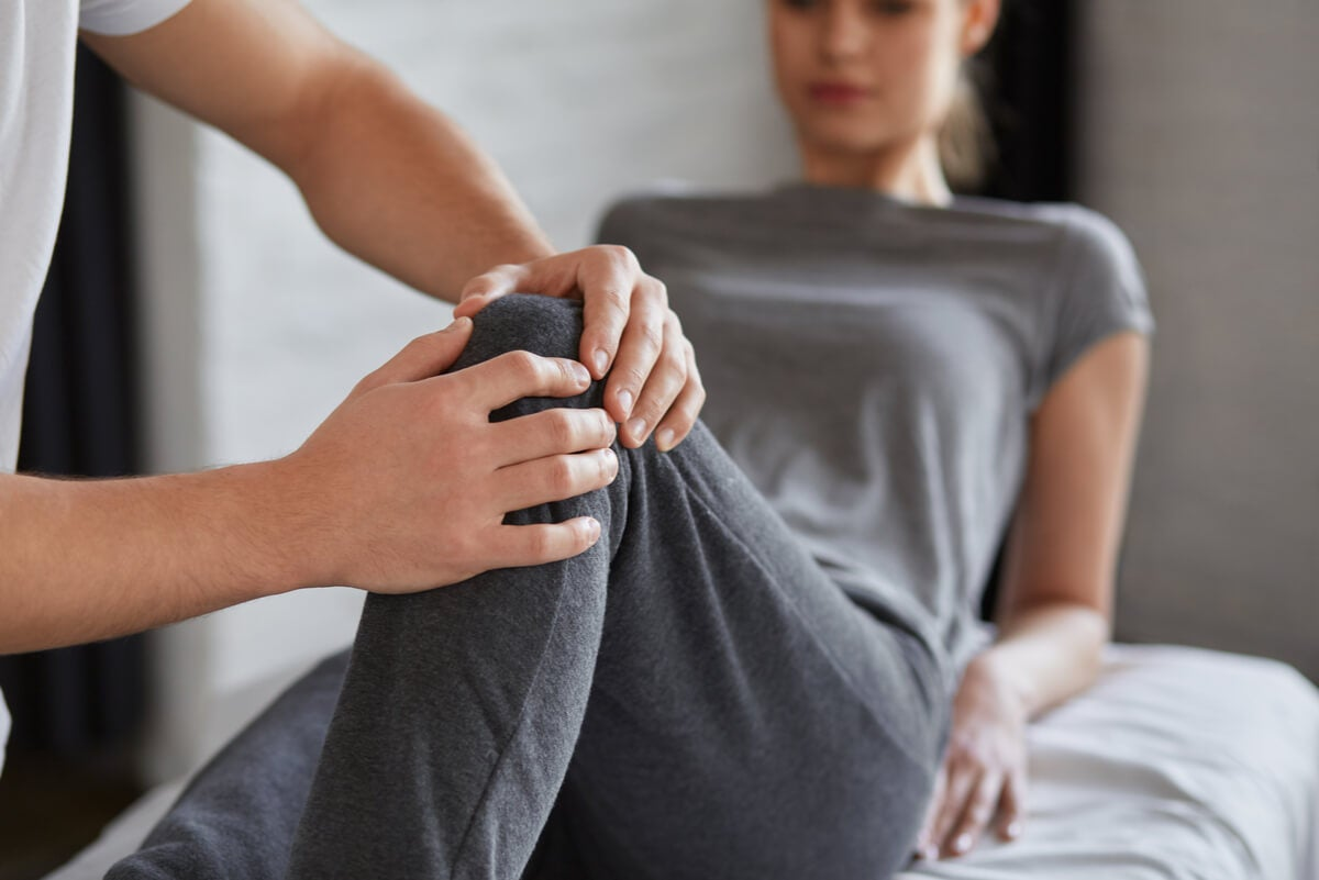 Lesión en la rodilla de una mujer deportista.