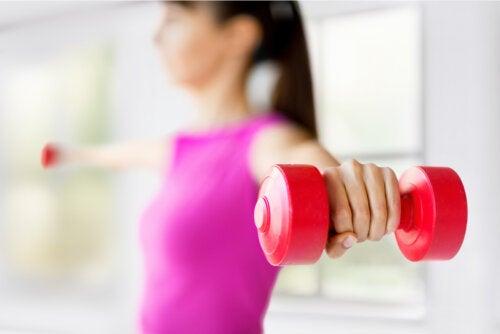 8 ejercicios que ayudarán a aumentar el tamaño de tus pechos