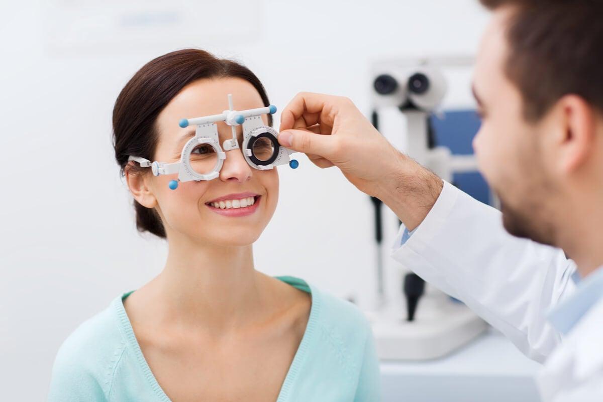 Optometrista mide la agudeza visual.