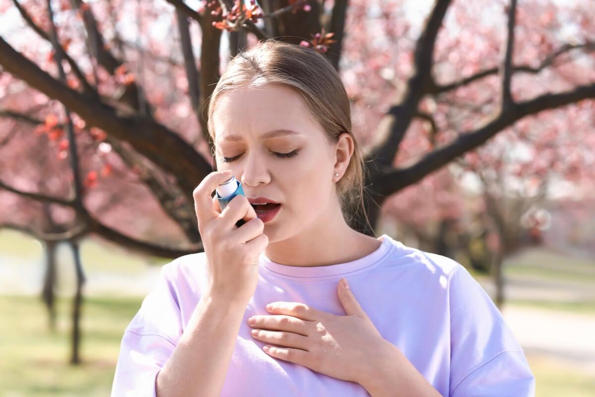 Asma en una mujer al aire libre.
