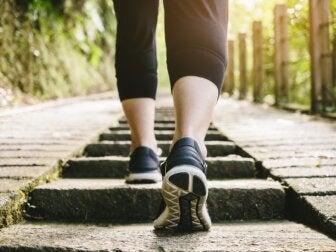 Caminar después de comer: ¿es saludable?