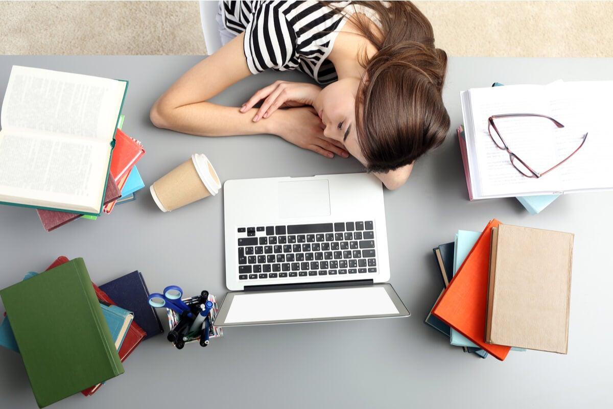 Mujer cansado del trabajo.