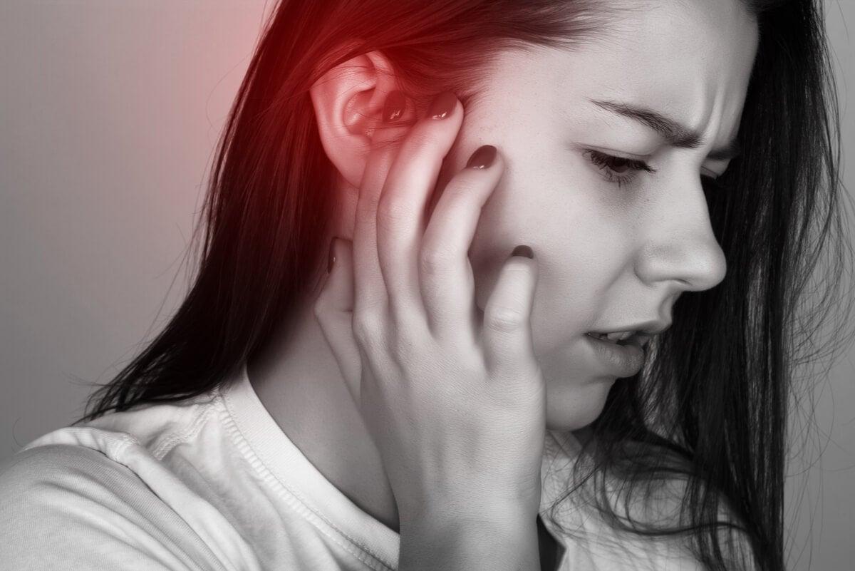 Mujer con dolor de oídos.