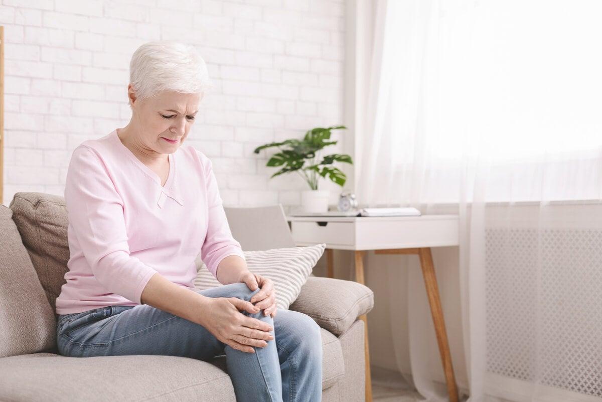 Dolor de rodilla en mujer anciana.