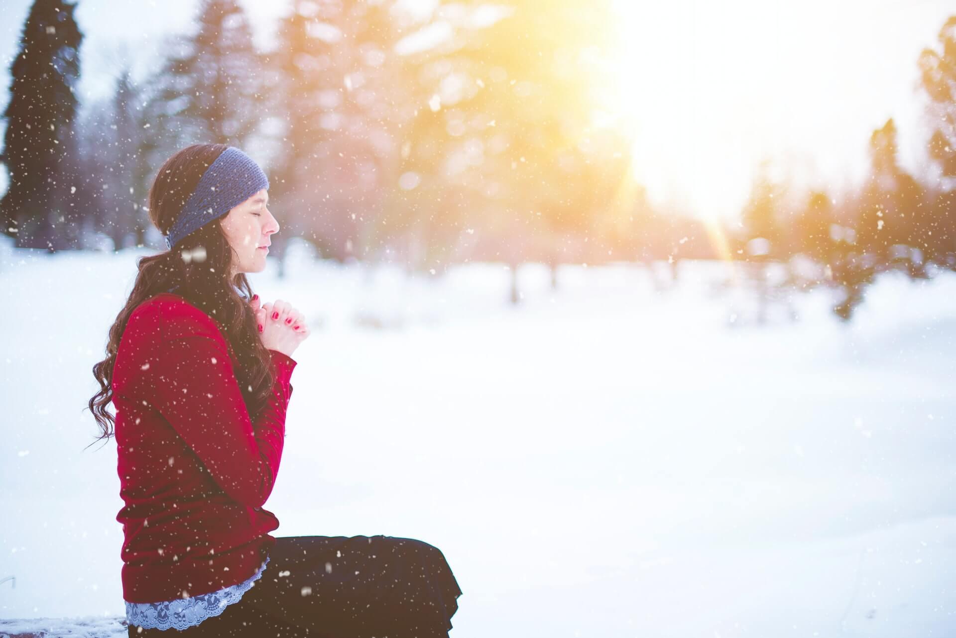 Mujer en la nieve con fotoqueratitis.