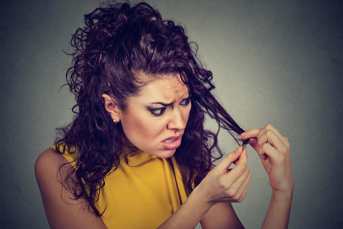 Observación del cabello por parte de una mujer.