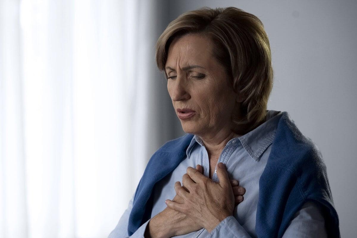 Mujer con tos por asma.