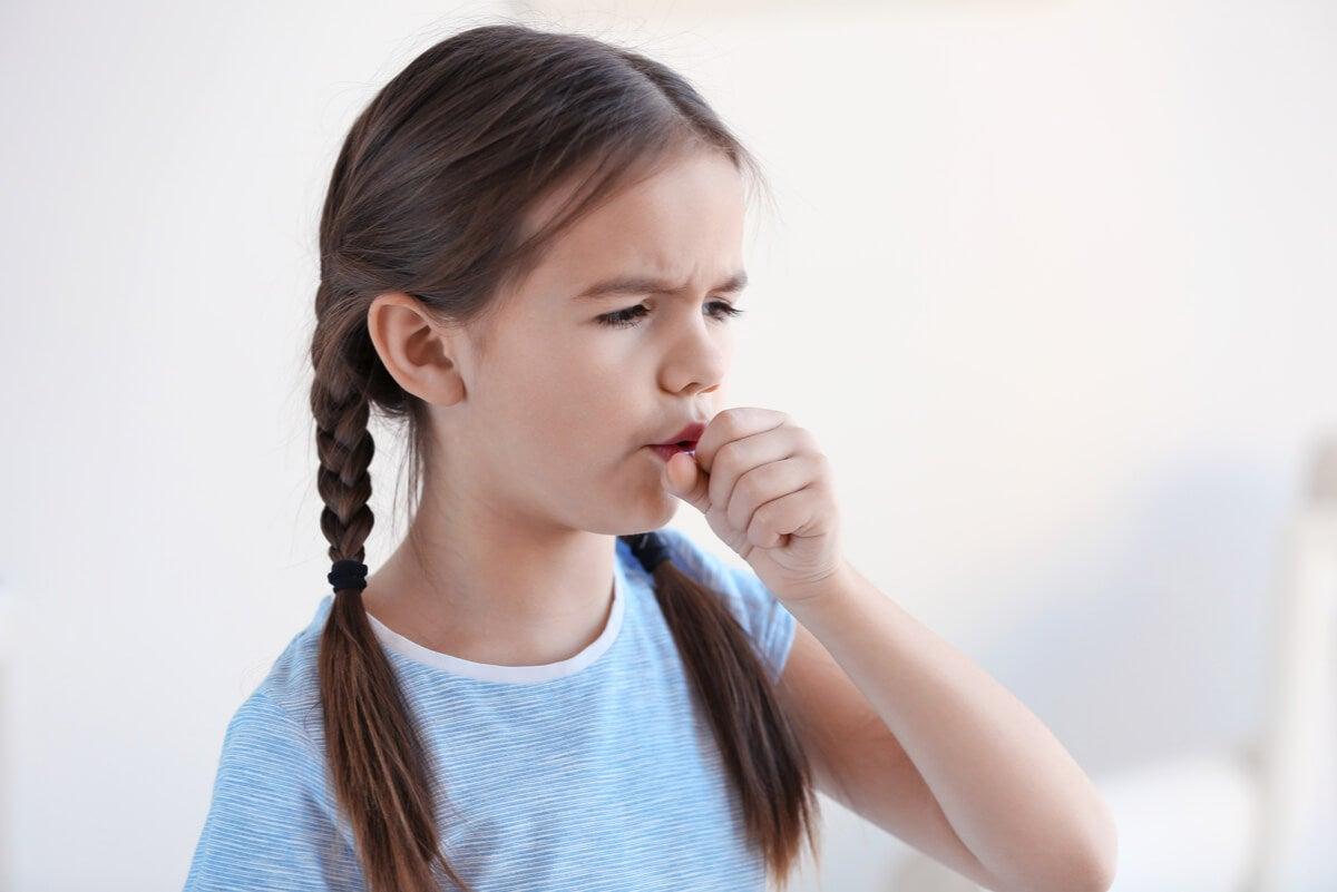 Niña tose con infección respiratoria.