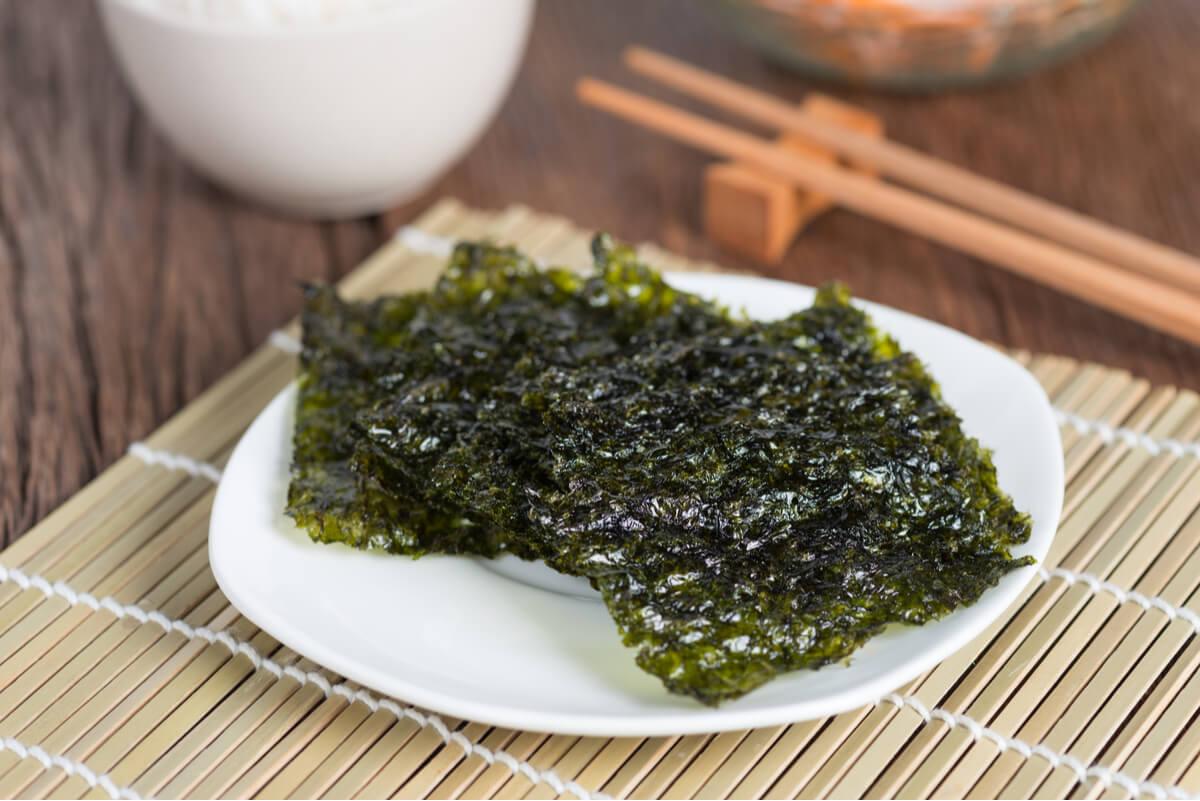 Algas en un plato.