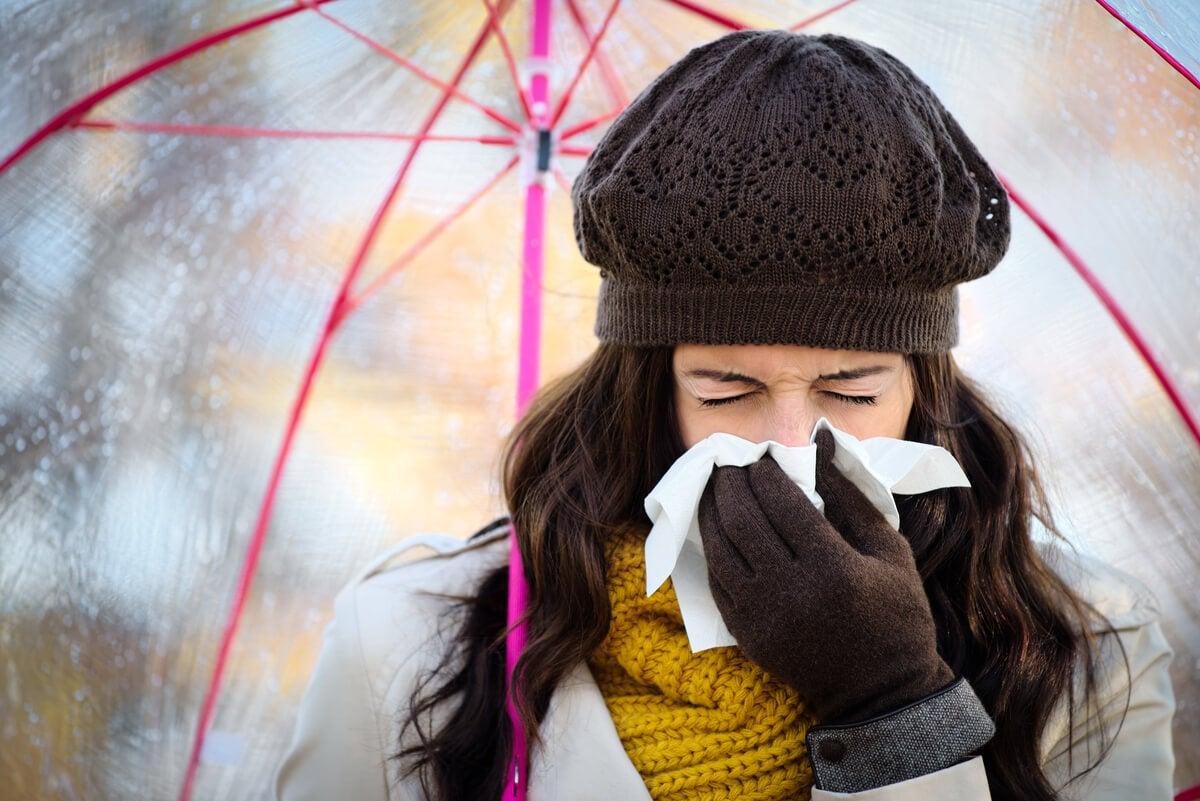 Mujer resfriada con mocos.