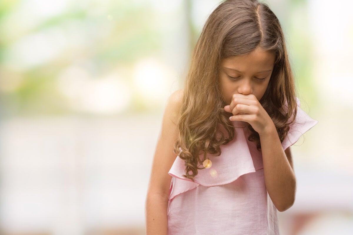 Tos por bronquitis en una niña.