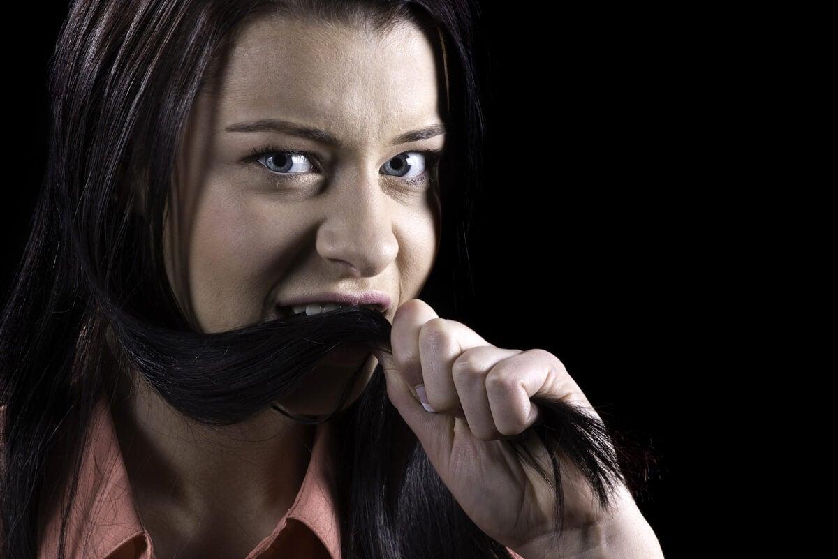 Mujer come su cabello.