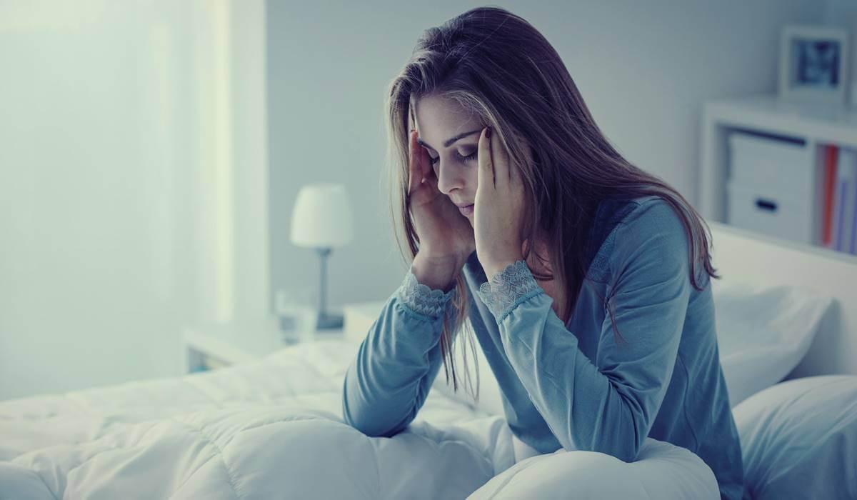 Mujer con insomnio por fibromialgia.